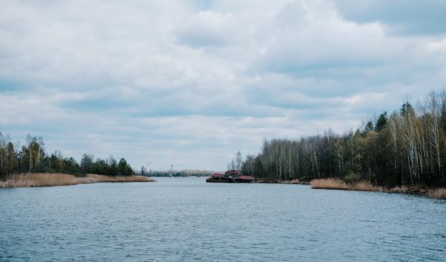 Verlaten veerboot op pripyat-rivier in tsjernobyl, de oekraïne.