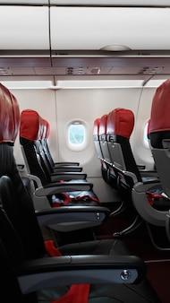Verlaten vliegtuiginterieur, lege passagiersstoelen.