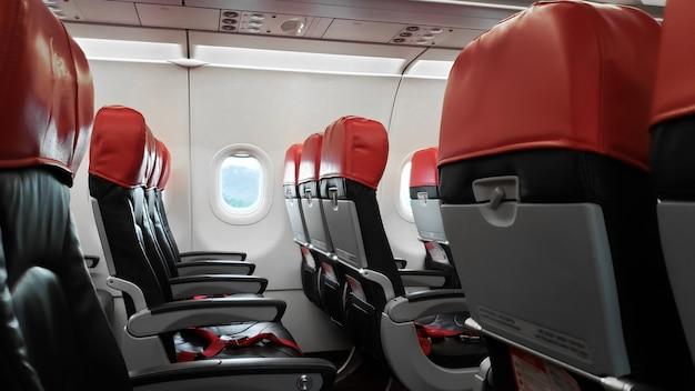 Verlaten vliegtuiginterieur, lege passagiersstoelen
