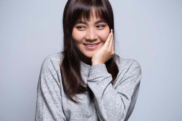 Verlegen aziatisch vrouwenportret