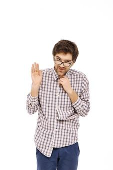Verlegen en bescheiden man met een bril die hallo zegt