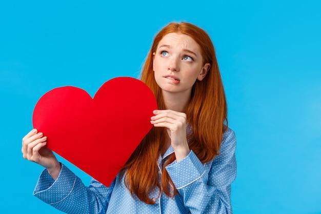 Verlegen en besluiteloos schattig meisje bang liefde te bekennen, vertel hoe ze zich voelt.