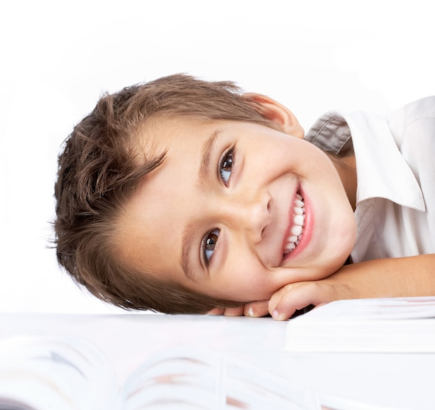 Verlegen jongetje met een open boek