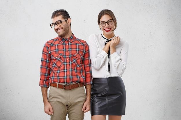 Verlegen man doet een voorstel aan vriendin, kijkt opzij terwijl hij op een positief antwoord wacht.