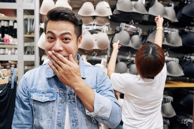 Verlegen man in lingerie winkel