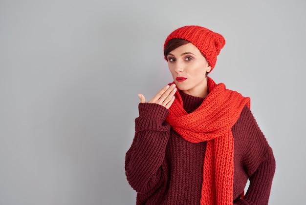 Verlegen vrouw in winterkleren