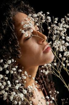 Verleidelijke jonge vrouw met bloementakjes