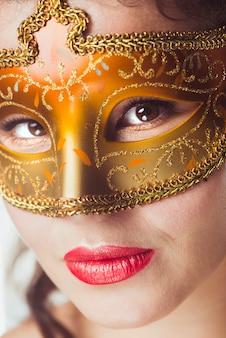 Verleidelijke vrouw in mooi masker