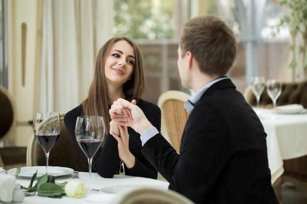 Verleidende mooie vrouw die haar minnaar bekijkt. romantisch praten