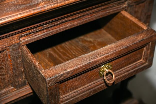 Verlengde plank met houten retro ladekast.