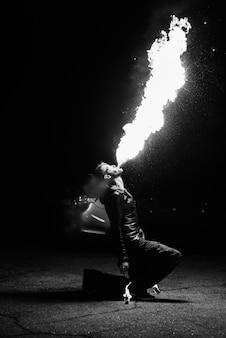 Verlicht de nachtelijke vuurshow met de deelname van de mensen, licht en open vuur