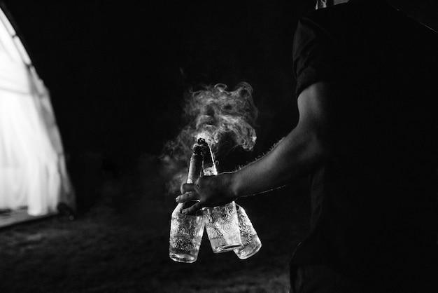 Verlicht de nachtelijke vuurshow met de deelname van de mensen