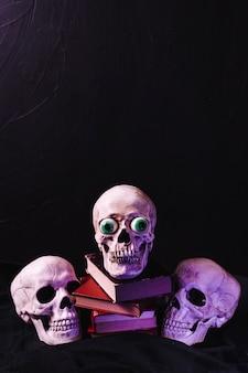 Verlicht door paarse lichte schedels