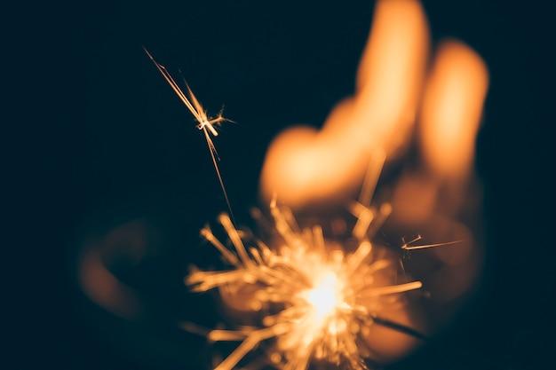 Verlicht vuurwerk op onscherpe donkere achtergrond