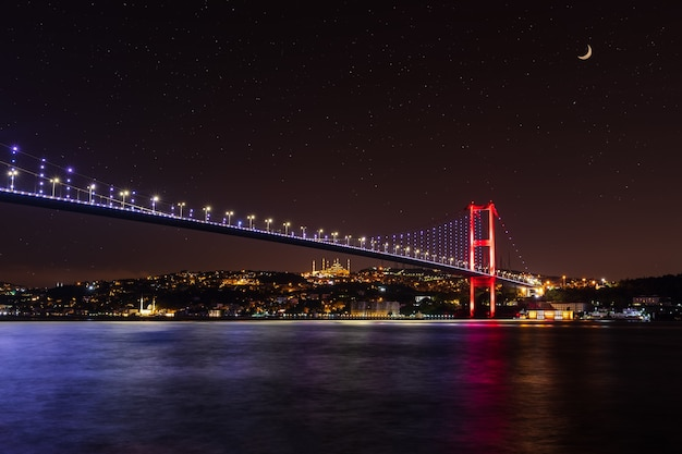 Verlichte bosporus-brug 's nachts, istanbul, turkije.