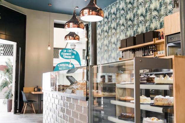 Verlichte lamp boven vitrinekast in bakkerij