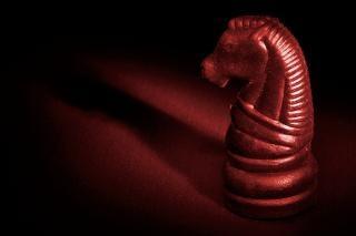 Verlichte schaken paard rood