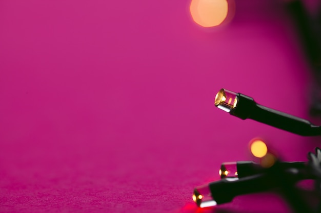 Verlichte slingerlichten op fel roze