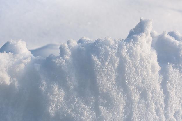 Verlichte sneeuwbank nieuw-gevallen witte sneeuw