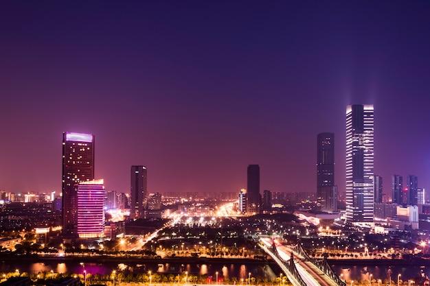 Verlichte stad bij nacht