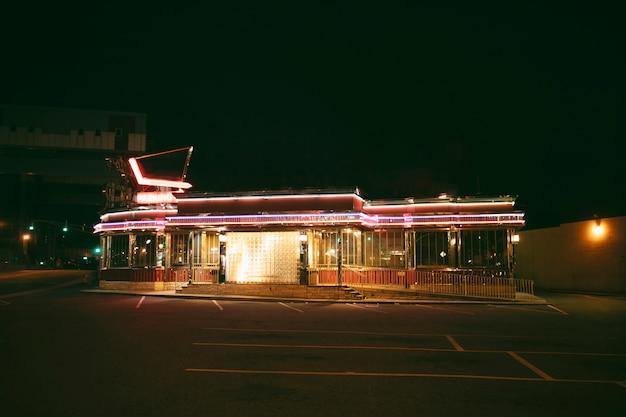 Verlichte winkel in de stad 's nachts