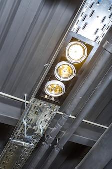 Verlichting in het plafond in de kamer
