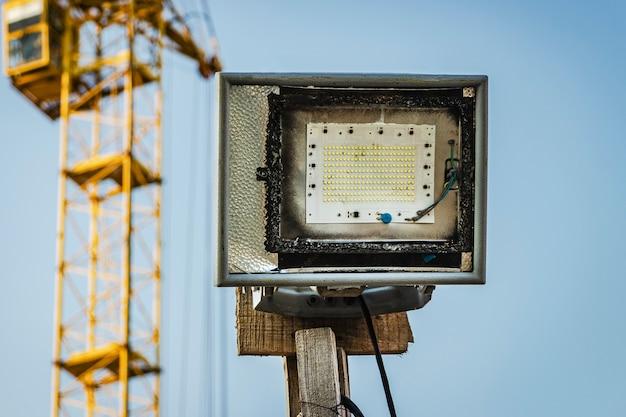 Verlichting led-schijnwerper op een bouwplaats voor verlichting in het donker.