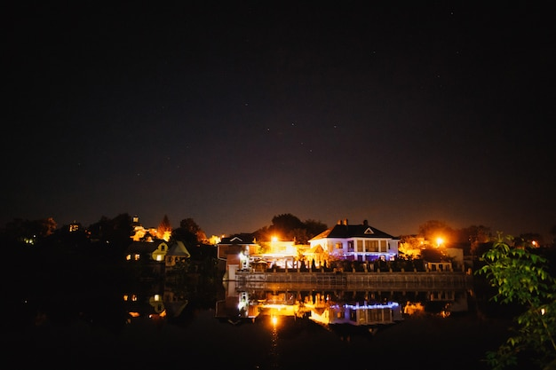 Verlichting van nachtviering dichtbij het meer