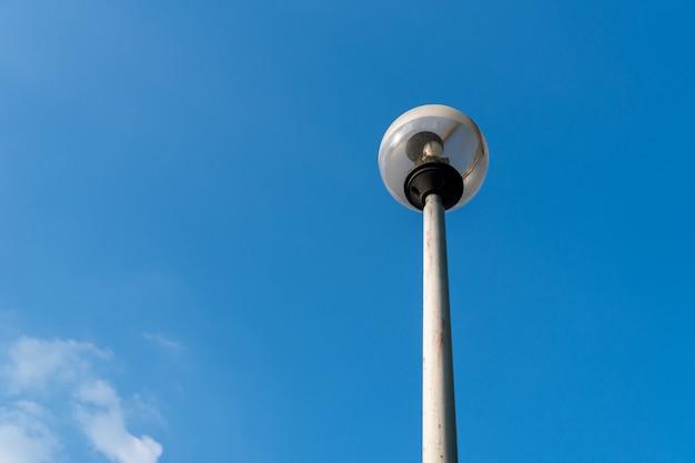 Verlichting van openbaar park en straten met blauwe hemel, kopie ruimte.