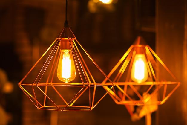 Verlichtingslamp hangt aan het plafond
