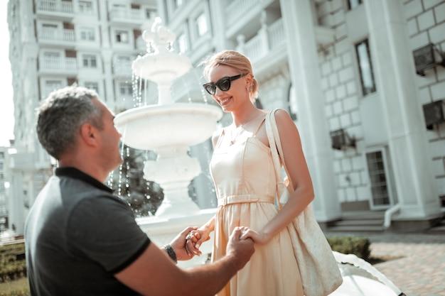 Verliefd. mooi getrouwd stel dat elkaar in de ogen kijkt en elkaars hand vasthoudt tijdens hun ochtenddate.
