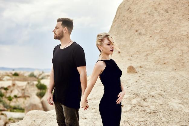 Verliefd oost-echtpaar in bergen van cappadocië knuffels en kusjes