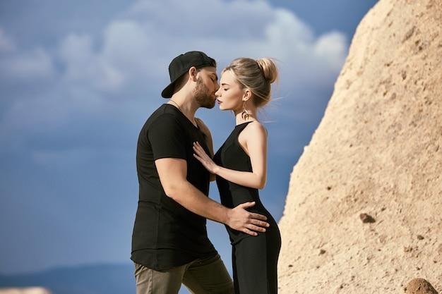 Verliefd oost-paar in bergen knuffels en kus