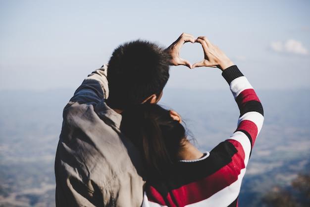 Verliefd stel. focus op handen. liefhebbers houden van concept.