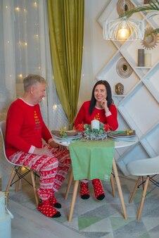 Verliefd stel in de met kerst versierde eetkamer