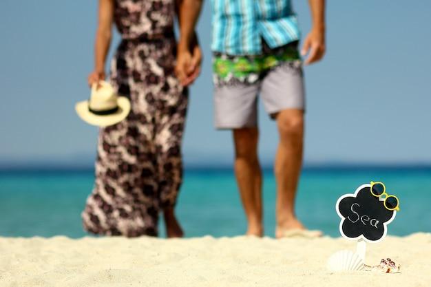 Verliefd stel op het strand in de zomer
