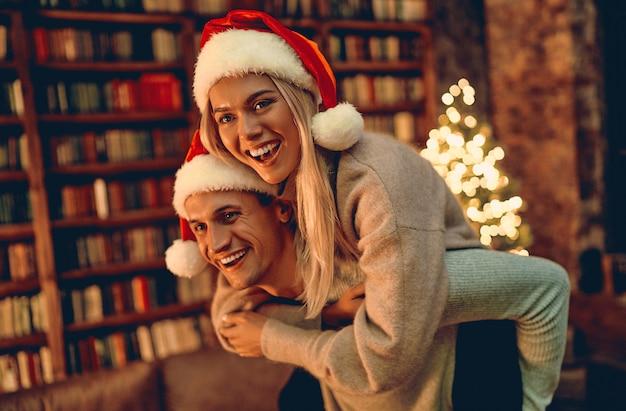 Verliefd verliefd verliefd gevoel geluk over hun romance kerst of nieuwjaar samen doorbrengen, vrouw en man genieten van perfecte relaties en wintervakanties doorbrengen in gezellig interieur.