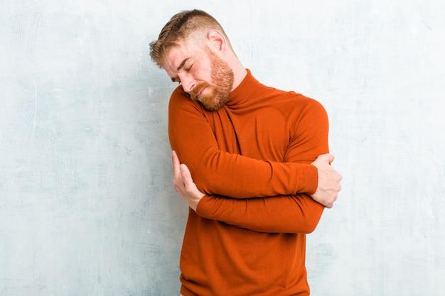 Verliefd voelen, glimlachen, knuffelen en zichzelf knuffelen, single blijven, egoïstisch en egocentrisch zijn
