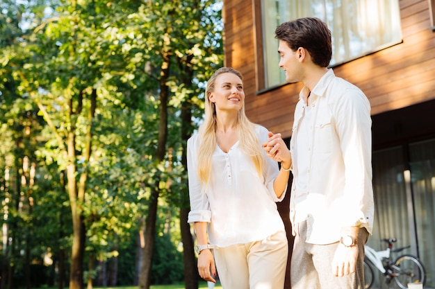 Verliefd zijn. gelukkig leuk paar dat hun handen bij elkaar houdt terwijl ze naar elkaar kijken