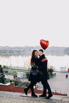 Verliefde lachende mensen op stedelijke achtergrond