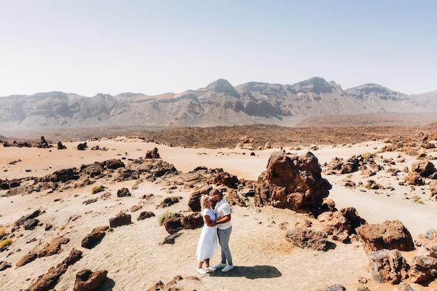 Verliefde mensen kussen in de krater van de teide-vulkaan