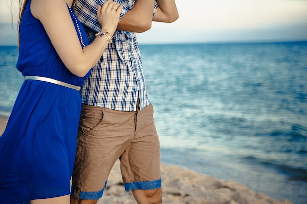 Verliefde paar aan de kust bij zonsondergang