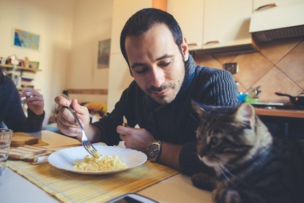 Verliefde paar eten in de lunch