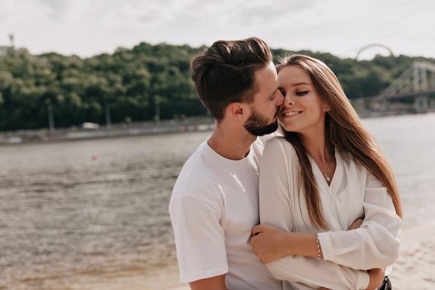 Verliefde paar, genietend van de zomertijd in de buurt van het meer