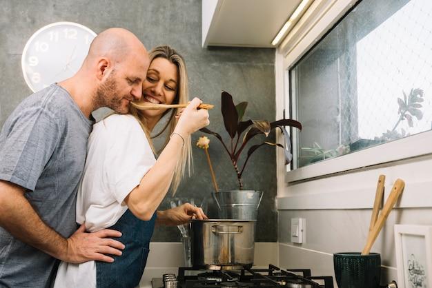 Verliefde paar in de keuken
