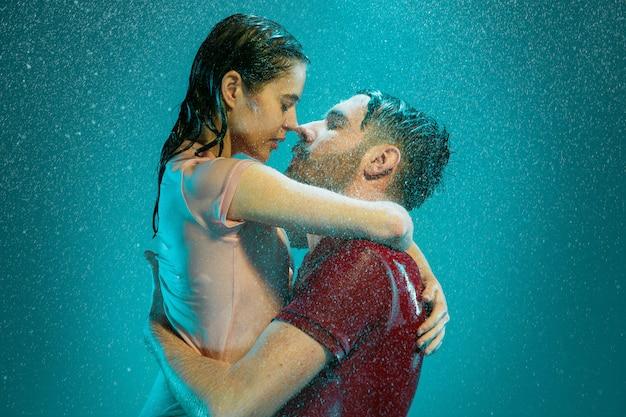 Verliefde paar in de regen
