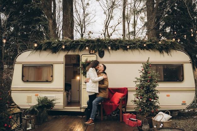 Verliefde paar in een aanhangwagen