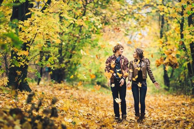 Verliefde paar in een de herfstpark