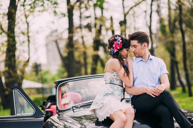 Verliefde paar in een retro-auto