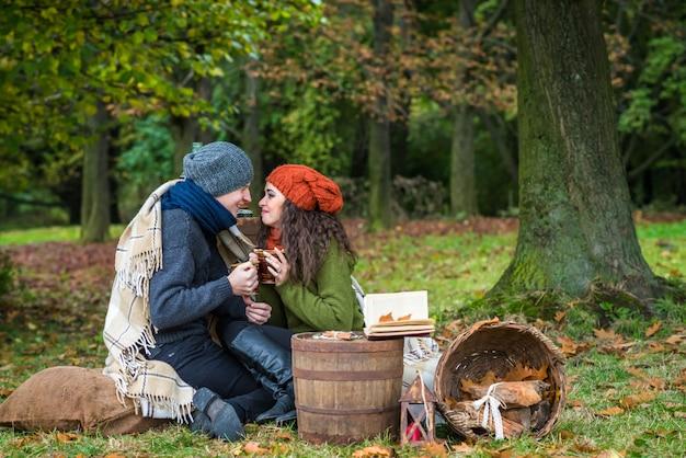 Verliefde paar in herfst tuin